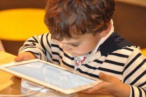 Un enfant sur sa tablette.